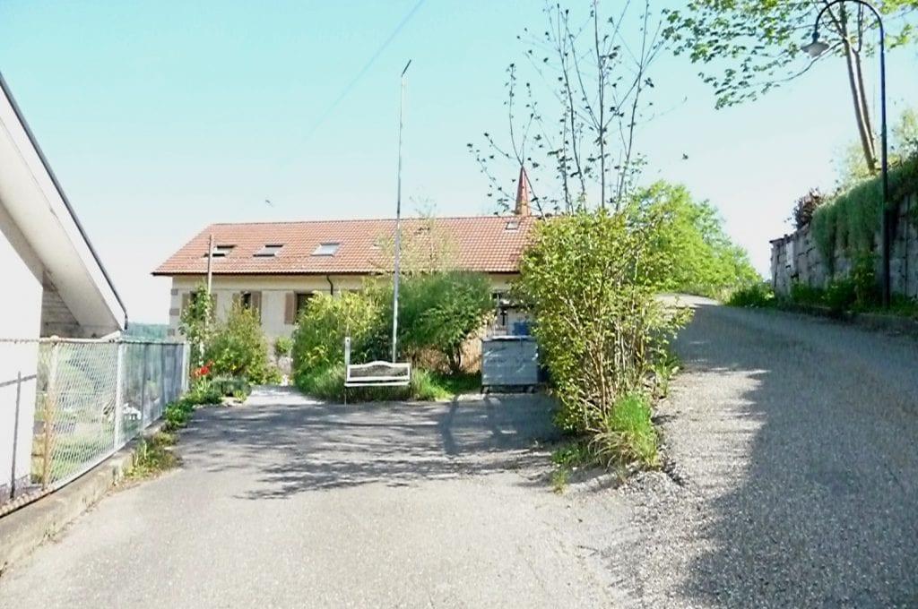 Hauseingang links, Zufahrt auf Parkplatz rechts